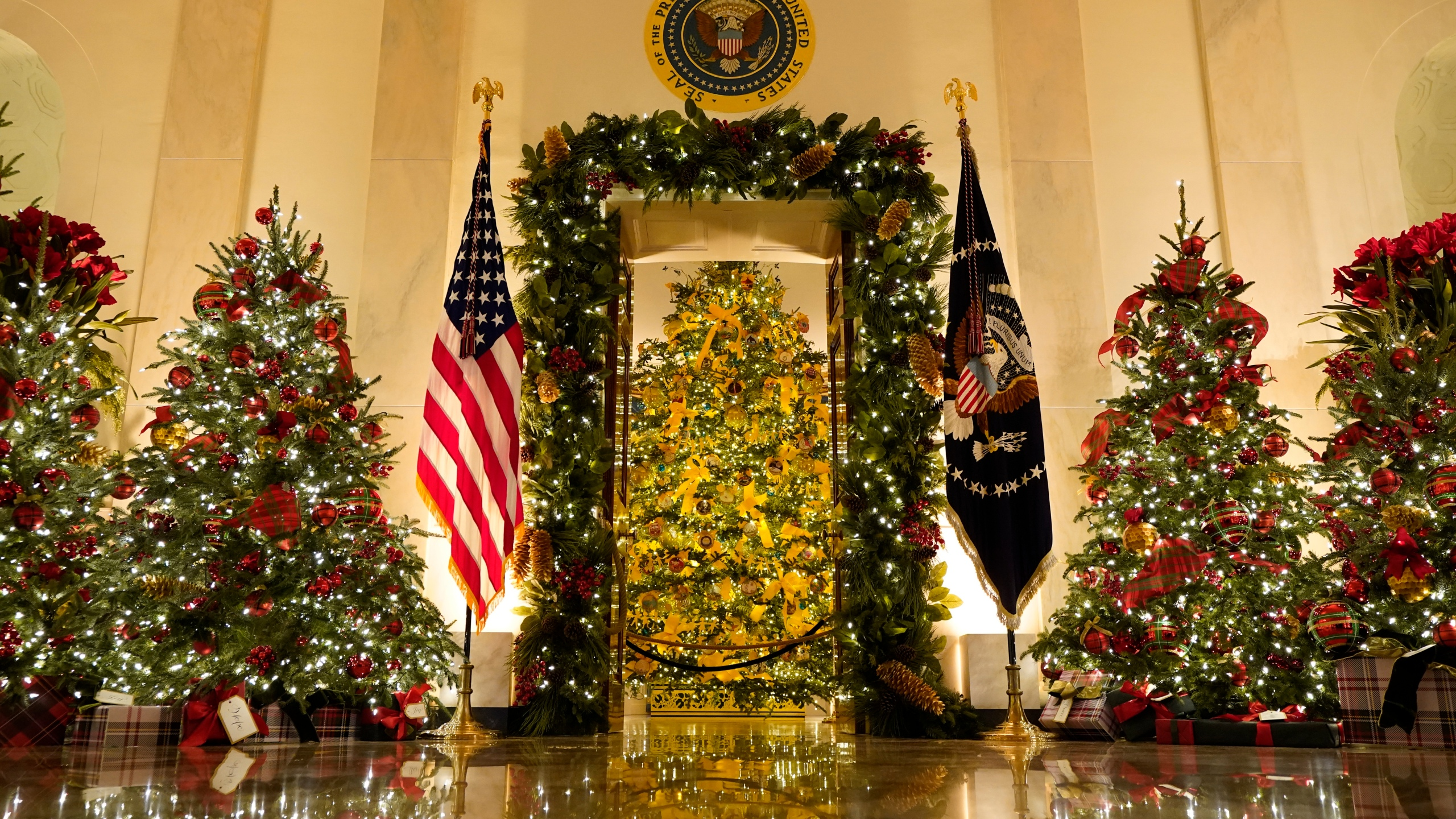 White House Christmas decor gives nod to 1st responders | ABC27